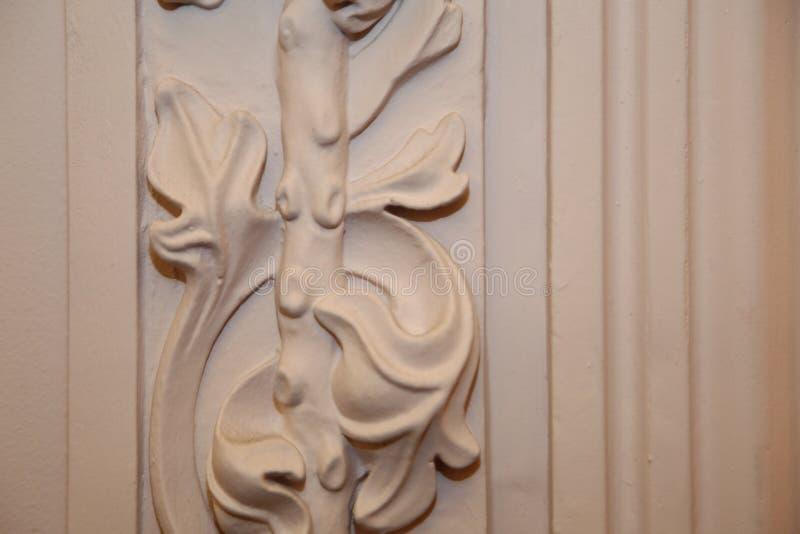 Un elemento della decorazione dello stucco del corridoio del palazzo Un disegno floreale fotografia stock