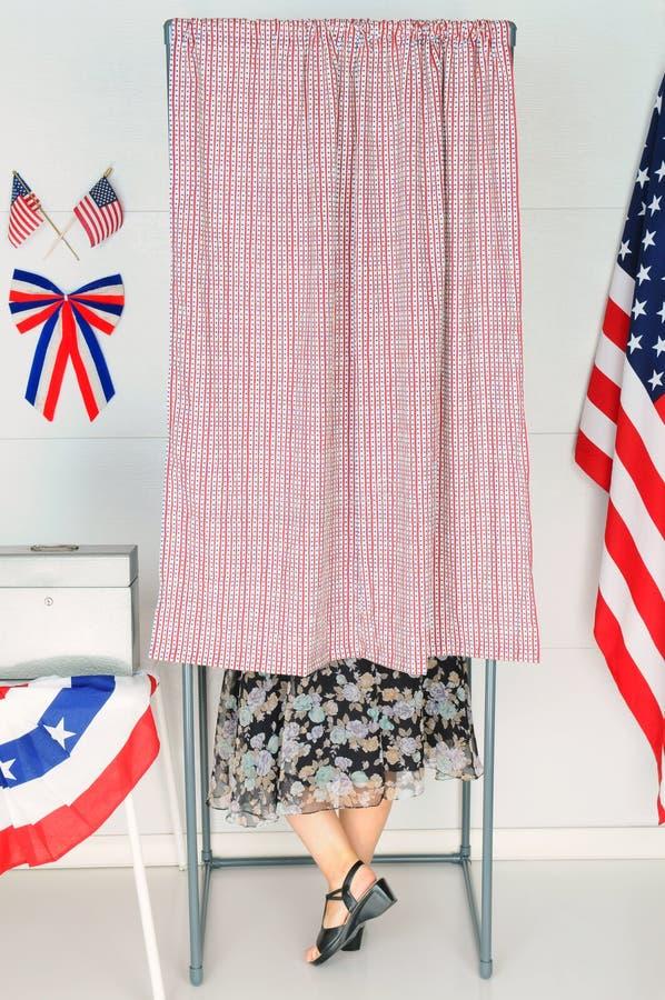 Elettore della donna nella cabina di voto fotografie stock