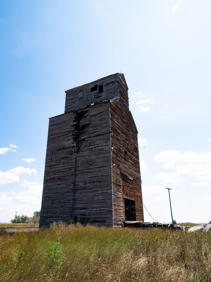 Un elevador de grano arruinado en Comanche Montana imagenes de archivo