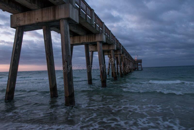 Un embarcadero de madera de color marrón hermoso del océano imagen de archivo libre de regalías