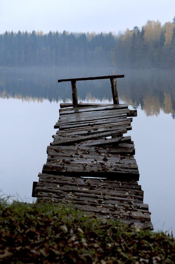 Un embarcadero de madera viejo foto de archivo libre de regalías