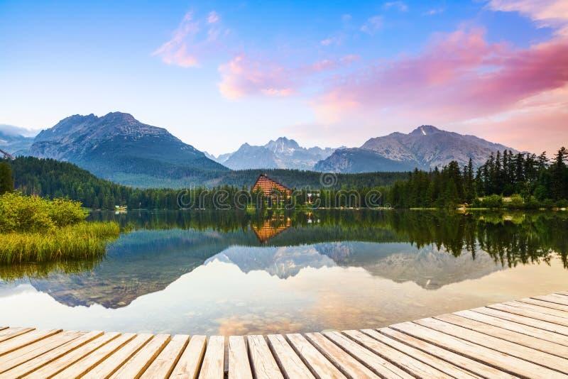 Un embarcadero viejo revela las vistas del lago encantado, montañas verdes imagen de archivo libre de regalías