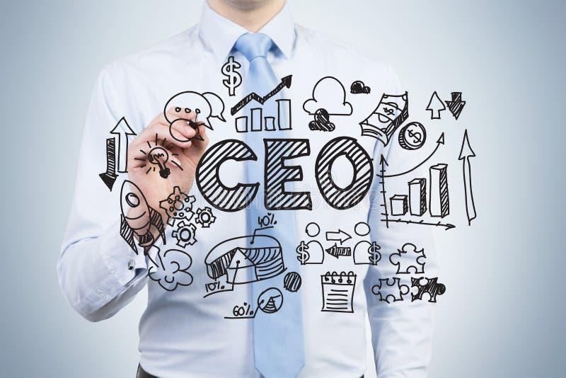 Un employé ambitieux trace un diagramme de gouvernement corporatif sur l'écran en verre UN Président est dans une pièce de noyau  image stock