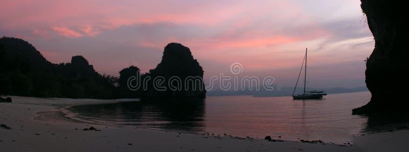 Un en mer achored par sailbot au coucher du soleil photos stock
