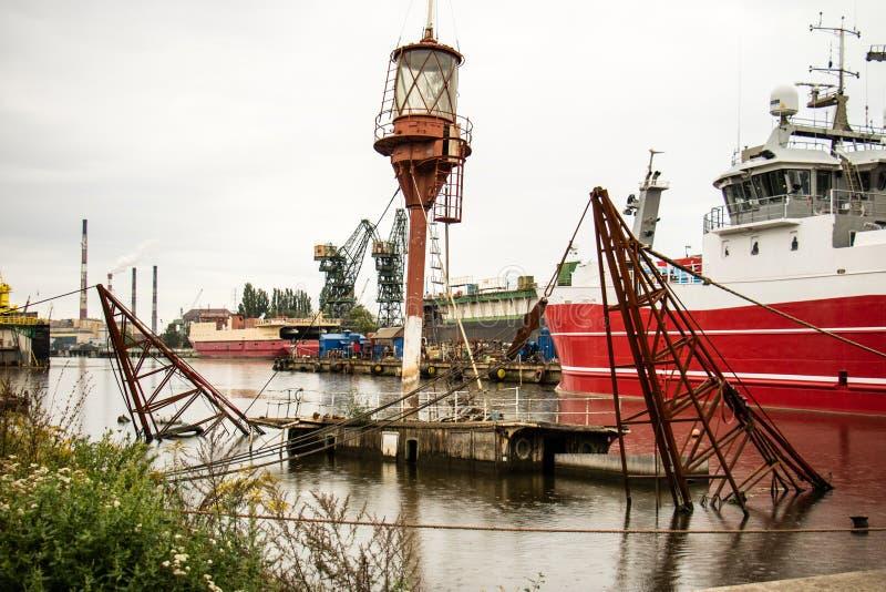Un encendedor hundido de la nave en puerto de la reparación de Gdansk Reparación Gdansk, nave hundida del astillero imagen de archivo libre de regalías