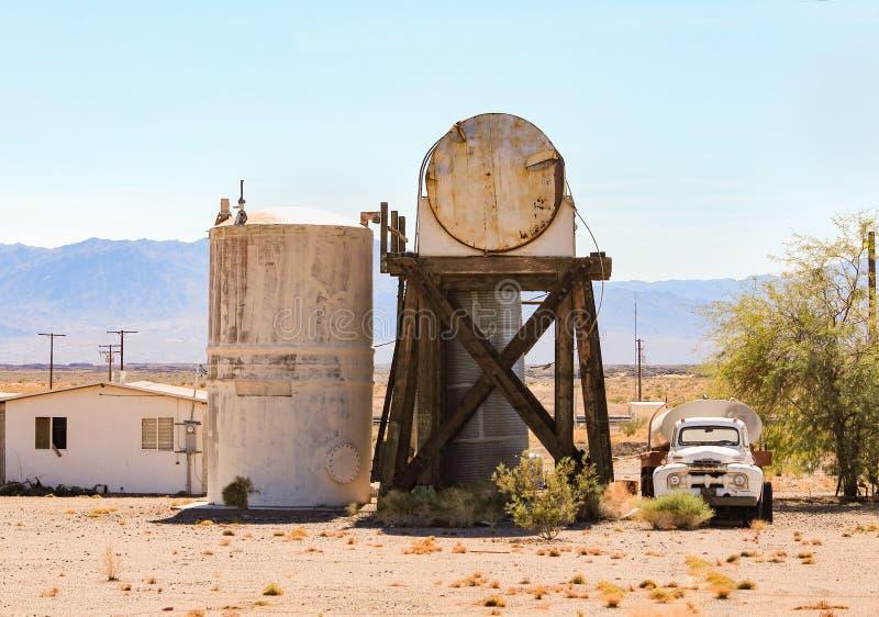 Un endroit abandonné avec des camions-citernes aspirateurs et des réservoirs images libres de droits