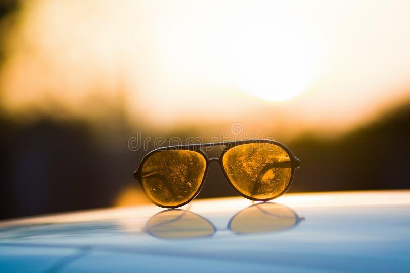 Un endroit de lunettes de soleil sur le toit de la voiture photos libres de droits