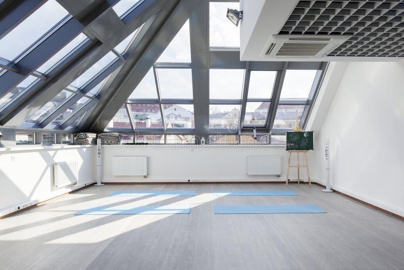 Un endroit pour des sports s'exerçant dans le yoga et la forme physique photos stock