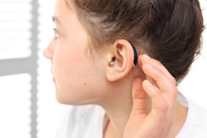 Un enfant à une prothèse auditive photo stock