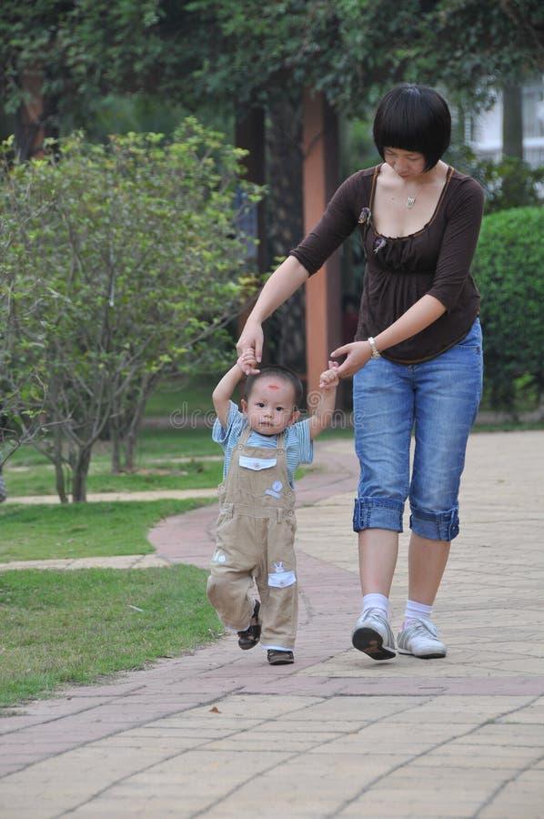 Un enfant apprenant à marcher image stock