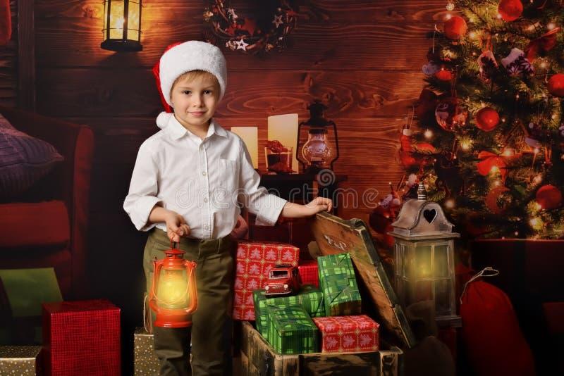 Un enfant avec des cadeaux de Noël photos libres de droits