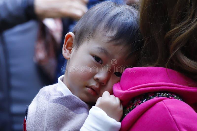 Un enfant d'une minorité ethnique de Yunnan sur le marché du village de Zhoucheng, Dali, Yunnan, Chine photos libres de droits