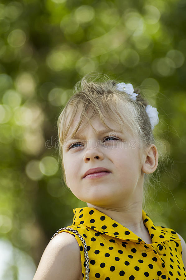 Un enfant est une fille photos stock
