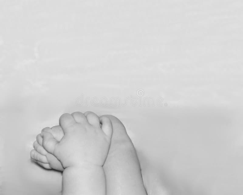 Un enfant heureux est joué avec un pied image stock