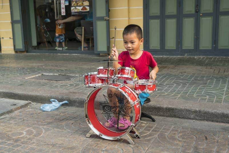 Un enfant jouant à Bangkok photo libre de droits