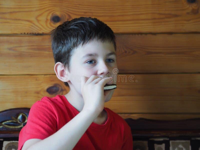 Un enfant mange un biscuit photo libre de droits