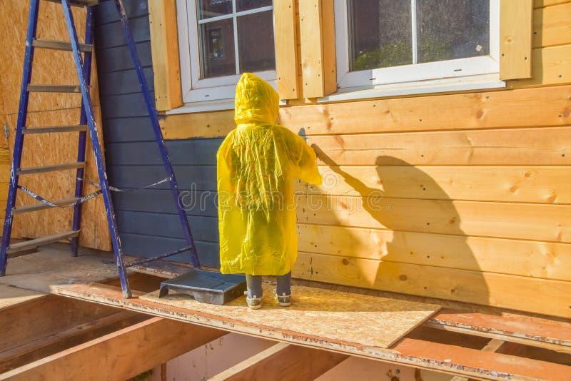 Un enfant peint un brosse à la maison photos libres de droits