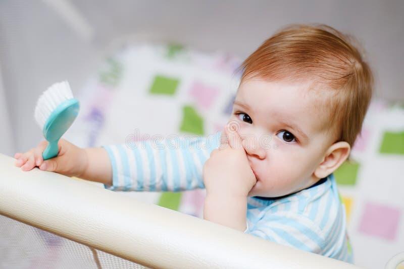 Un enfant an s'assied dans une arène photo stock