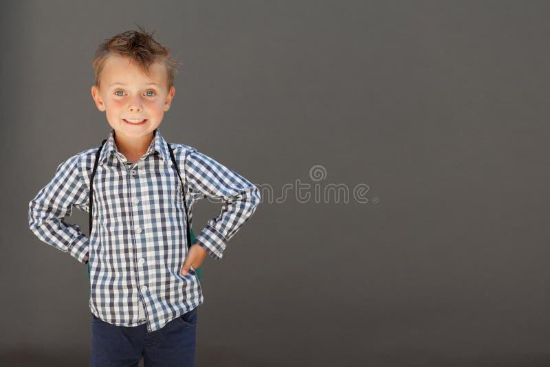 Un enfant ?tant pr?t pour l'?cole photo stock
