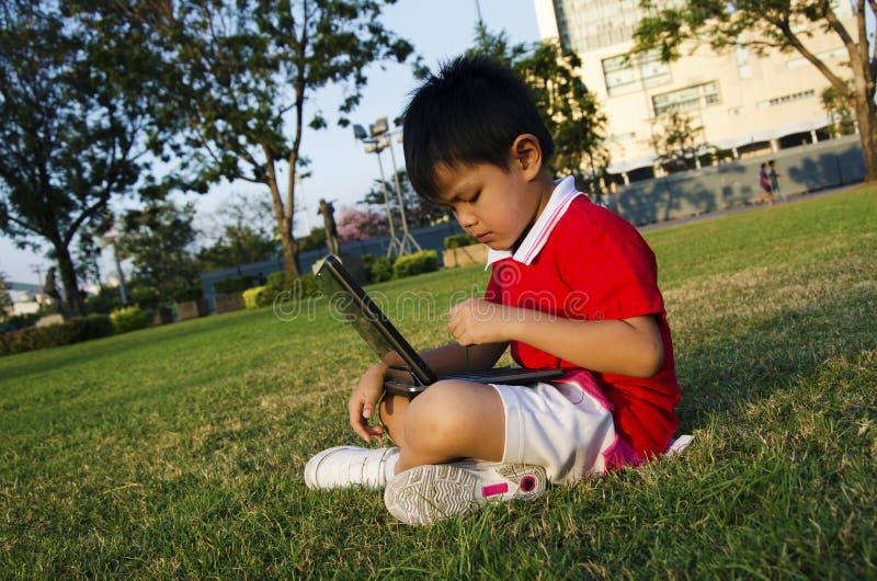 Un enfant tient un carnet images stock