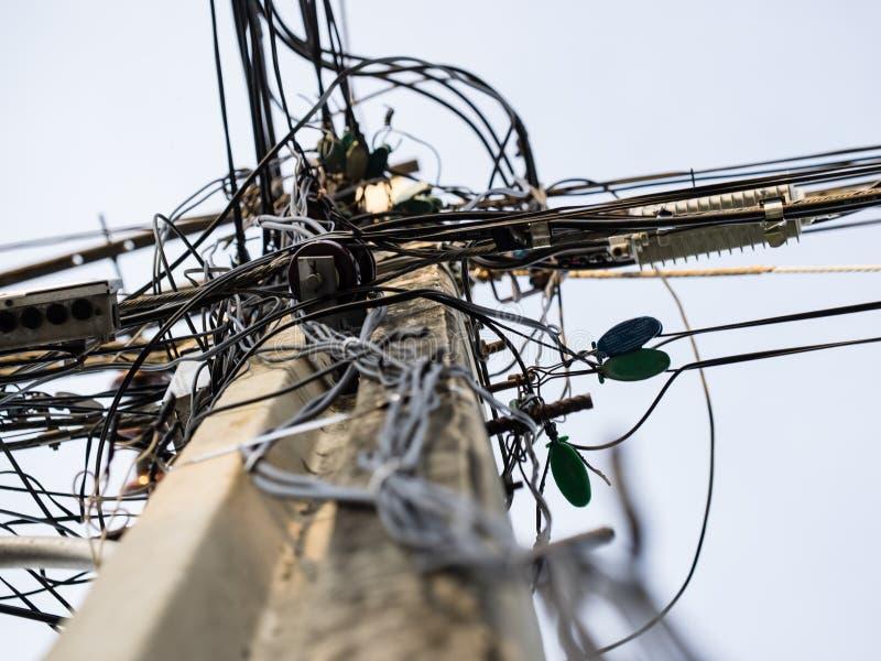 Un enredo de cables y de alambres foto de archivo libre de regalías