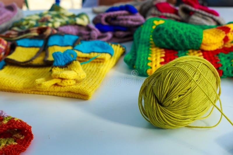 Un enredo de los hilos de lana para hacer punto contra el fondo o fotografía de archivo