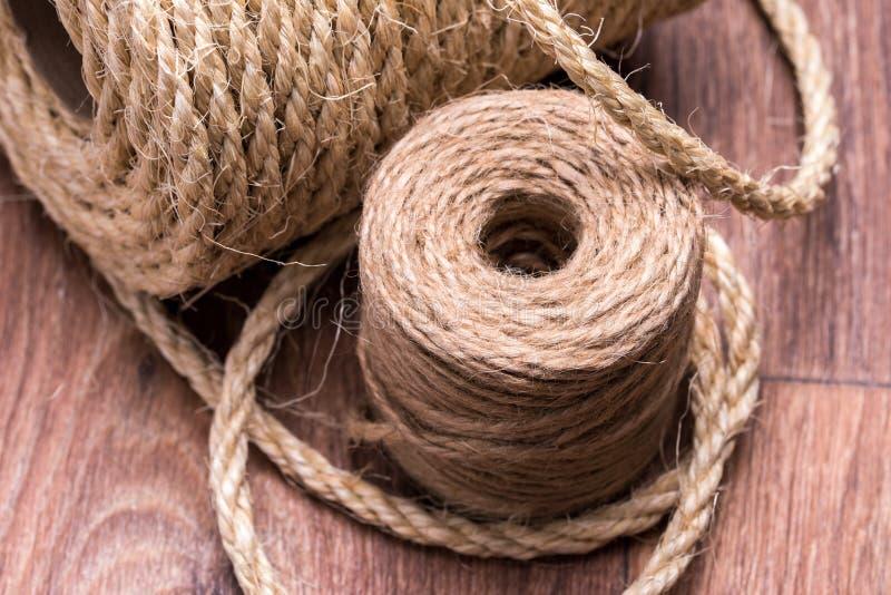 Un enredo del primer de la cuerda en la tabla imagen de archivo libre de regalías