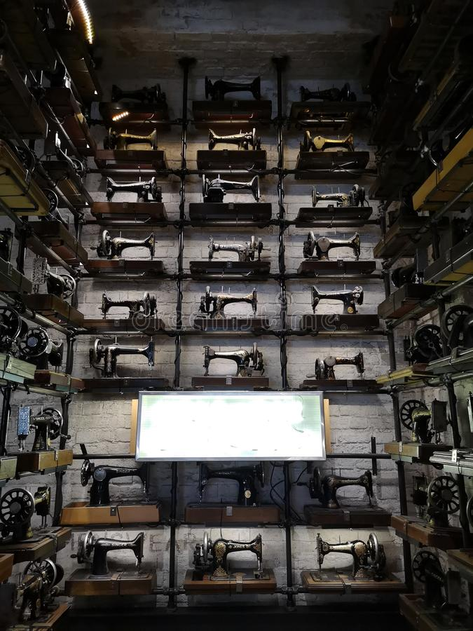 Un ensemble étendu de machines à coudre images stock