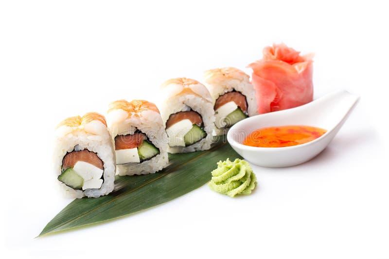 Un ensemble appétissant frais de petits pains de sushi avec la crevette présentés sur une feuille de banane photo stock