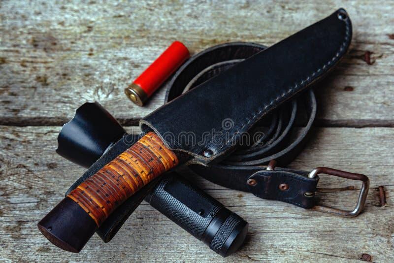 Un ensemble d'équipement pour le tourisme et la survie dans le sauvage sur un fond en bois images libres de droits