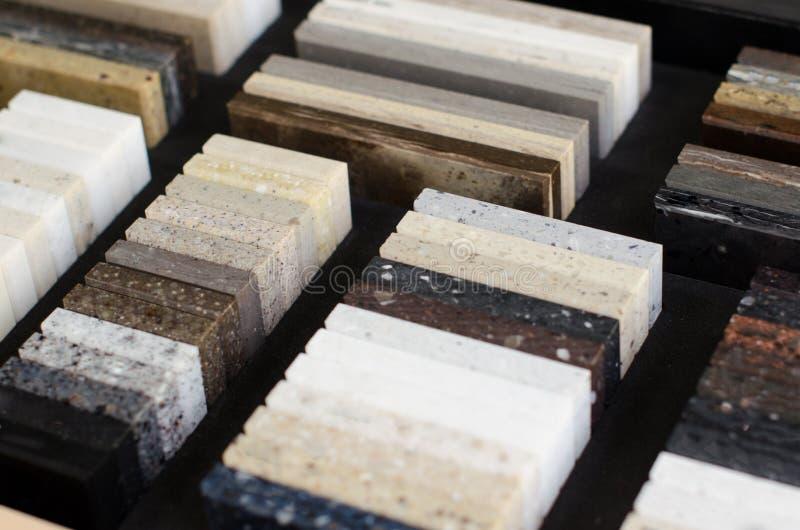Un ensemble d'?chantillons de pierre artificielle acrylique pour la cuisine photos libres de droits