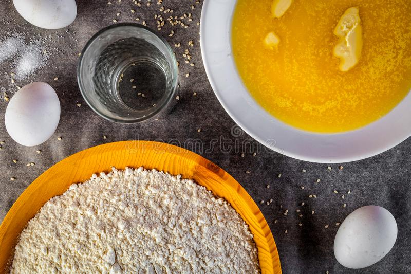 Un ensemble d'ingrédients frais pour faire une pâte pelucheuse molle photos libres de droits