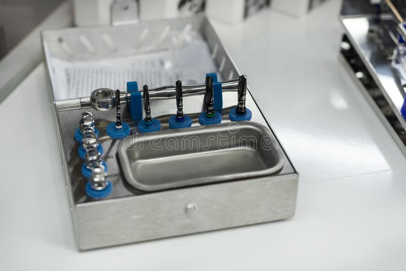 Un ensemble d'outils pour l'implantation dentaire photo stock