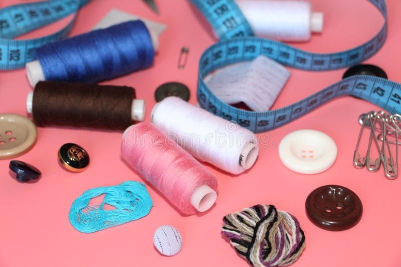 Un ensemble d'outils pour le tailleur - fil, ciseaux, goupilles, bobines, aiguilles, mètre de mesure photos stock