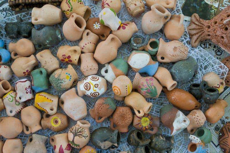 Un ensemble de beaucoup de cuvettes en céramique décoratives faites main et peintes à la main d'argile, cruches avec les modèles  images stock