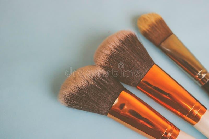 Un ensemble de beaux différents pinceaux pour le maquillage du petit somme naturel pour la beauté visant et appliquant une base t images libres de droits