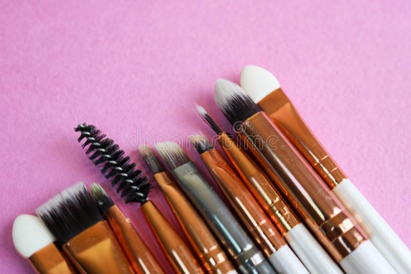 Un ensemble de beaux différents pinceaux pour le maquillage du petit somme naturel pour la beauté visant et appliquant une base t image stock