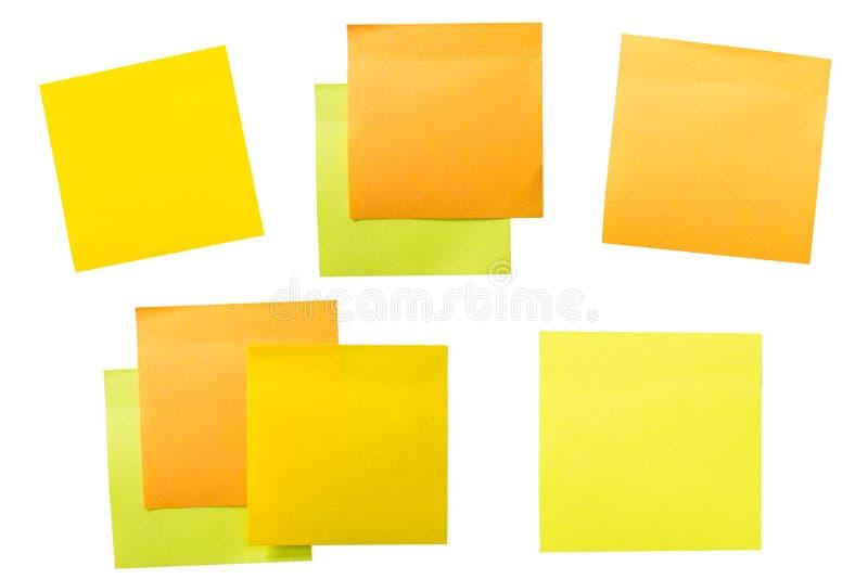 Un ensemble de bureau/de travail a rapporté les notes collantes de papier de couleur photographie stock