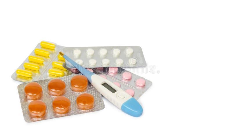 Un ensemble de comprimés et de pilules pour un prompt rétablissement et une prévention des maladies D'isolement sur le fond blanc images stock