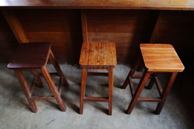 Un ensemble de compteur en bois de chaise et de barre dans le style chinois avec concentré image stock