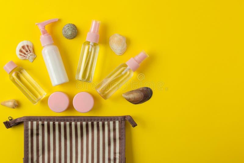 Un ensemble de cosmétiques et de produits de soin personnel pour le voyage dans un sac cosmétique sur un fond jaune lumineux Vue  photo libre de droits