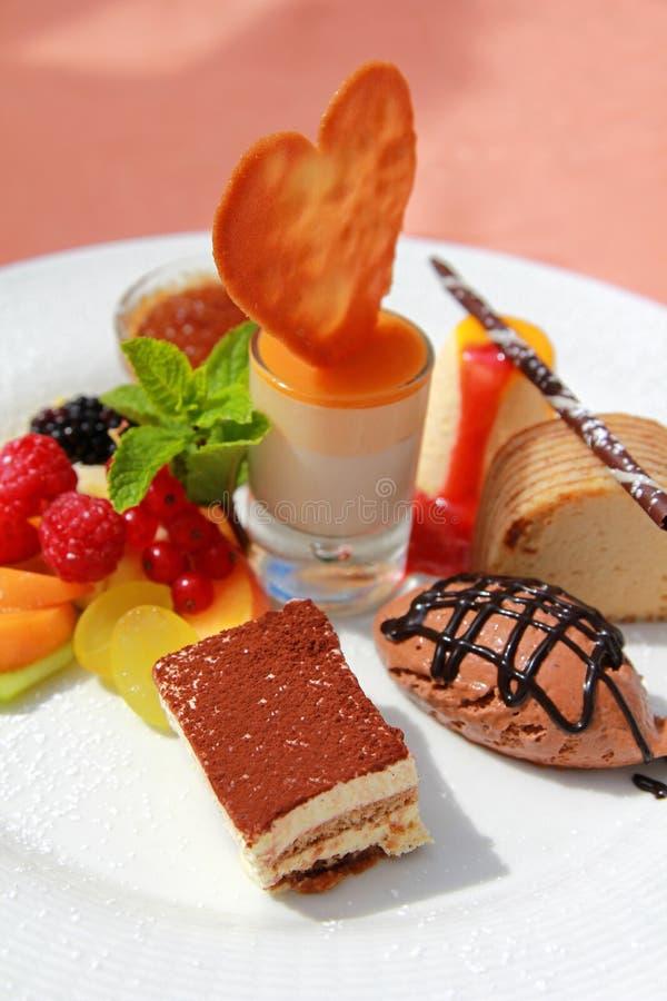 Un ensemble de dessert gastronome d'été photo stock