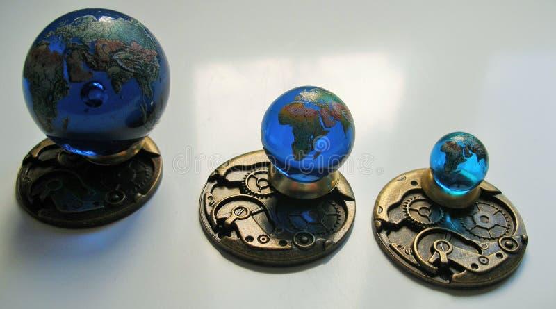 Un ensemble de la terre 3 en verre géographiquement précise dans le détail coloré photos stock
