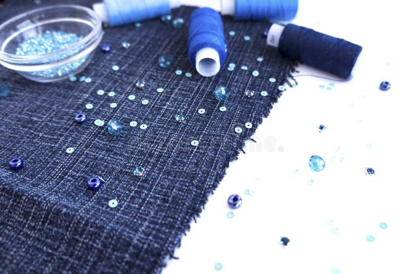 Un ensemble de matériaux pour la couture dans la couleur bleue photographie stock libre de droits