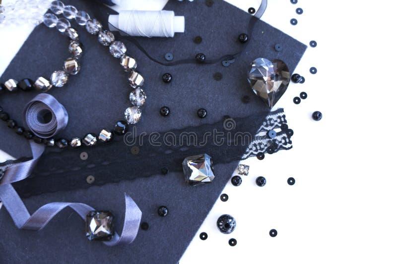 Un ensemble de matériaux pour la couture dans la couleur grise photographie stock