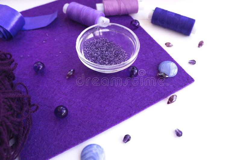 Un ensemble de matériaux pour la couture dans la couleur violette images stock