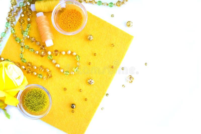 Un ensemble de matériaux pour la couture dans des couleurs jaunes et oranges images libres de droits