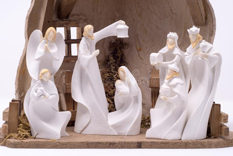Un ensemble de nativité dépeignant les trois sages rendant visite à Jésus a placé sur un fond blanc propre photo stock