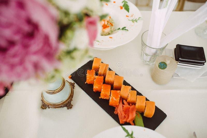 Un ensemble de petits pains sur la table images stock