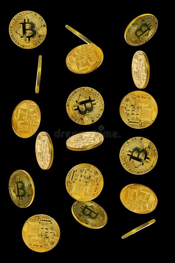 Un ensemble de pièces de monnaie de bitcoin dedans sur un fond noir photo libre de droits
